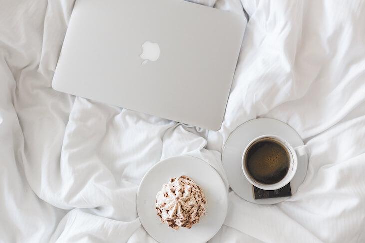 kaboompics.com_Top view of Apple Macbook, Coffee & Cake